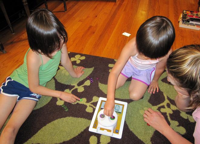 Crianças brincam com Yoomi Duo no iPad. (Foto: Divulgação)
