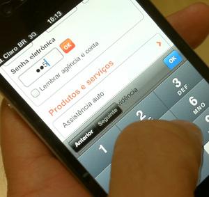 Tenha o mesmo cuidado dos caixas eletrônicos: sua senha também pode ser vista no celular (Foto: Allan Melo/TechTudo)