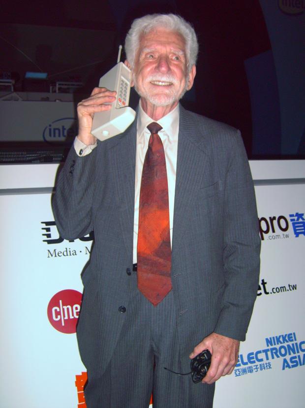 Martin Cooper, o pai dos celulares, e sua criação (Foto: Divulgação)