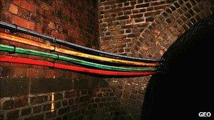 Uma forma de conectar o seu computador aos provedores de acesso é por cabos. Muitas cidades, como Londres, passam esses cabos pelos esgotos. (Foto: Divulgação)