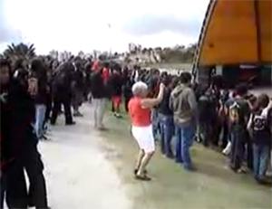 Vovó roqueira (Foto: Youtube)
