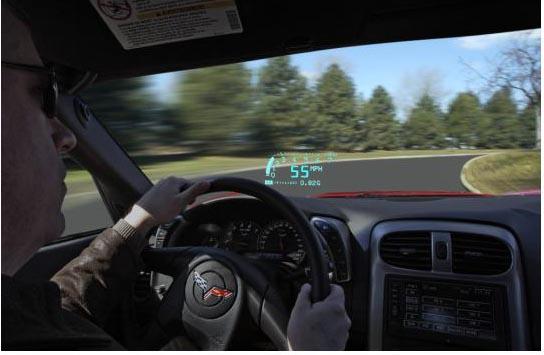 Além de apresentar a velocidade, os displays HUD podem exibir informações como a distância e as direções até o destino, e até servir de televisão, quando o carro estiver parado (Foto: Reprodução)