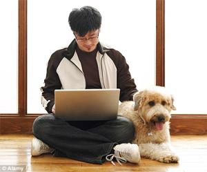 Computador: o melhor amigo do homem? (Foto: MailOnline)