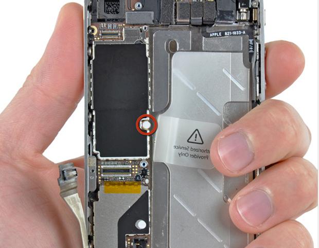 Dispositivo do iPhone 4 que indica se houve presença de água no aparelho. (Foto: iFixit)