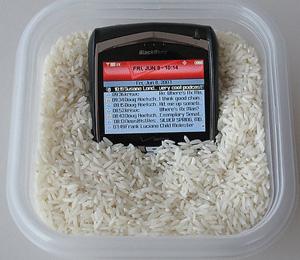 Tirando a umidade do celular (Foto: Reprodução/Teresa Furtado)
