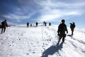 Soldados patrulhando local frio (Foto: Divulgação)