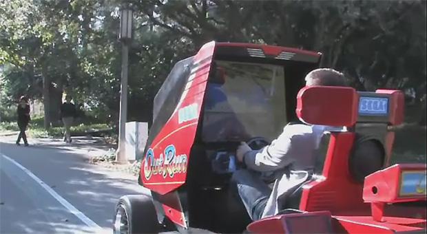 Carro feito com fliperama de OutRun não é uma Ferrari, mas funciona (Foto: Reprodução)