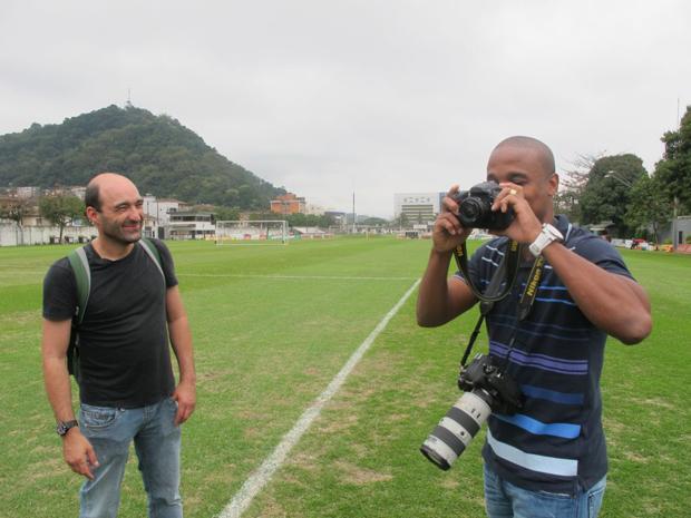 Borges (à direita), atacante do Santos, aprende dicas com o repórter fotográfico Marcos Ribolli (à esquerda) (Foto: Divulgação/Globoesporte.com)