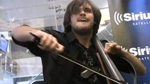 Violoncelista faz cover de Nirvana. (Foto: Reprodução)