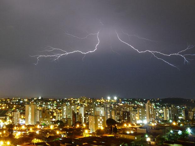 Raios iluminam o céu de Campinas (Foto: Cristiano Rezende Penha/VC no G1) (Foto: Divulgação)