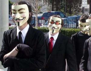 Membros do grupo com máscaras em referência a Guy Fawkes (Foto: Reprodução) (Foto: Reprodução)
