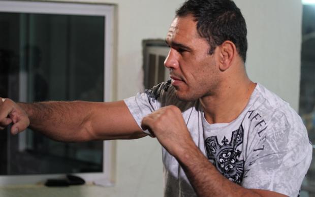 Rogério Minotouro jogando UFC Trainer (Foto: Allan Melo / TechTudo)