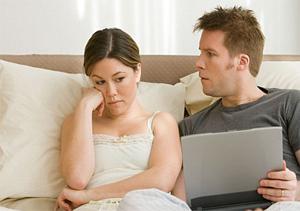 Casais passam cada vez mais tempo no laptop (Foto: Reprodução)