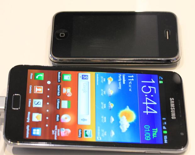 Comparativo de tamanho entre o Galaxy Note e o iPhone 3GS (Foto: Allan Melo/TechTudo)
