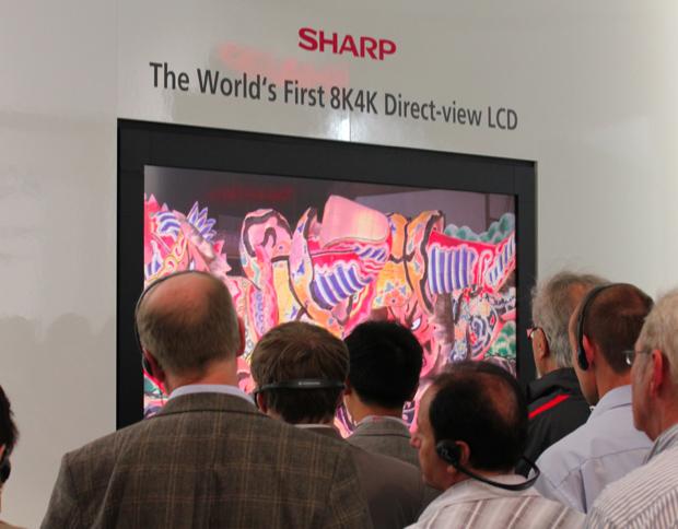 Visitantes na feira admiram a tela da Sharp em seu estande na IFA 2011 (Foto: Reprodução)