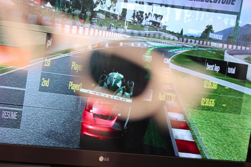 LG Dual Play à mostra na IFA 2011. No óculos, é possível visualizar o outro jogador (Foto: Allan Melo/TechTudo)
