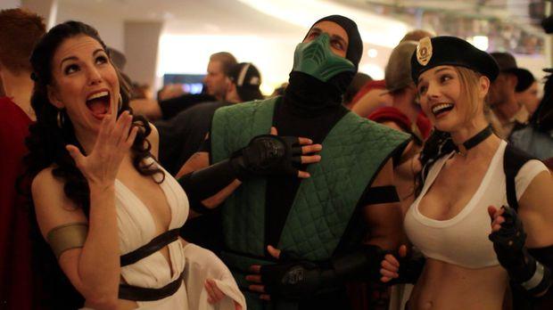 Rainha Gordo (300) e Sonya Blade se divertem com Reptile (ambos de Mortal Kombat) (Foto: Divulgação)