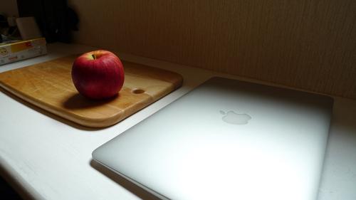 Japonês usa MacBook Air para cortar maçã (Foto: Reprodução/Mochrom/Ehita)