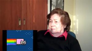 Senhora assistindo memes. (Foto: Produção)