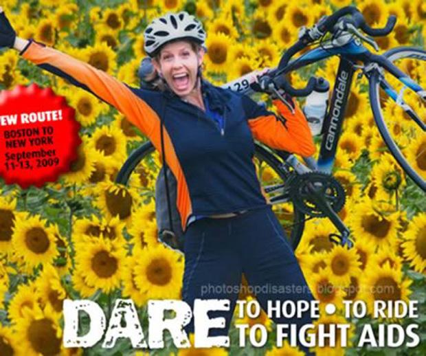 Ela parece feliz mesmo sem as pernas e metade do pneu de sua bicicleta (Foto: Reprodução)