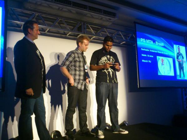 Mark Stanley, Keith Guerreta e Anderson Santana testando o PS Vita (Foto: Nick Ellis)