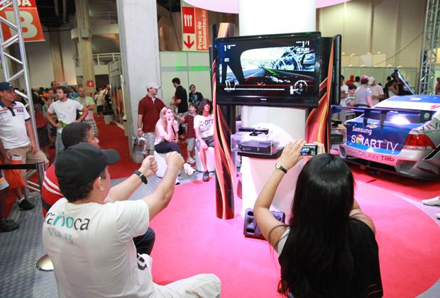Forza 4 sendo jogado com o Kinect (Foto: Allan Melo/TechTudo)