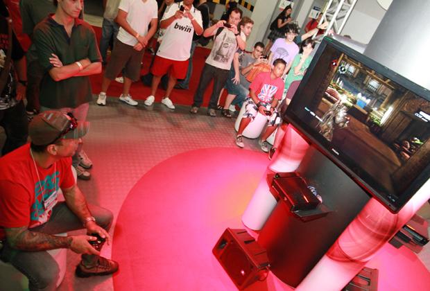 Marcelo Dourado jogando Gears of War 3 na BGS (Foto: Allan Melo/TechTudo)