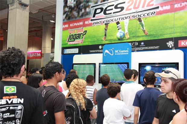 Pro Evolution Soccer 2012 no stand da NC Games (Foto: Allan Melo/TechTudo)