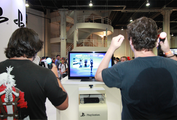 Público jogando no stand da Sony (Foto: Allan Melo/TechTudo)