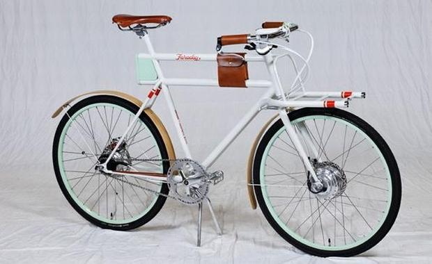 A base da bicicleta elétrica Faraday possui um sistema modular, permitindo a troca da bandeja de transporte de produtos por outros elementos complementares, como um assento para crianças. (Foto: Divulgação)