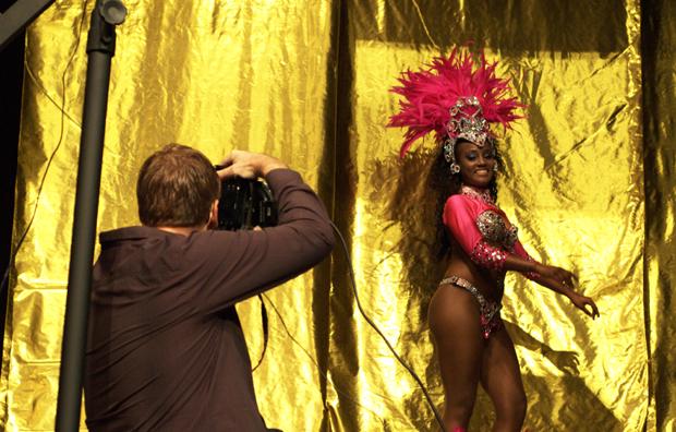 Brian Smith faz demonstração de retrato com mulata sambista durante o Estúdio Brasil 2011, em SP. (Foto: Juliana Sousa)