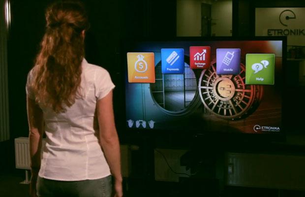 Ao bater palmas, é selecionado um ícone. Se acenar para frente e para trás com a mão, você navega pelo menu do software em carrossel. Você também pode mandar uma cópia da conta paga para o celular. (Foto: Reprodução)
