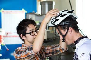 O capacete permite ao usuário trocar a marcha por meio de neurotransmissores. (Foto: Divulgação)