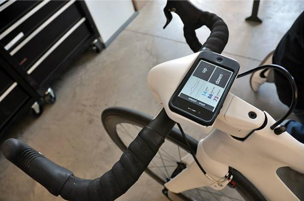 Um software no iPhone monitora os batimentos cardíacos e memoriza trajetos. (Foto: Divulgação)