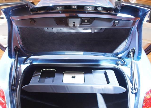 O sistema de áudio e vídeo é controlado por um Mac Mini que fica armazenado em um local especial do porta-malas. (Foto: Evan Orensten)