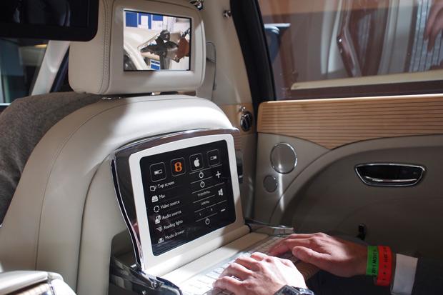 A primeira mudança no veículo é um console central para os passageiros que vão no banco traseiro.  (Foto: Divulgação)