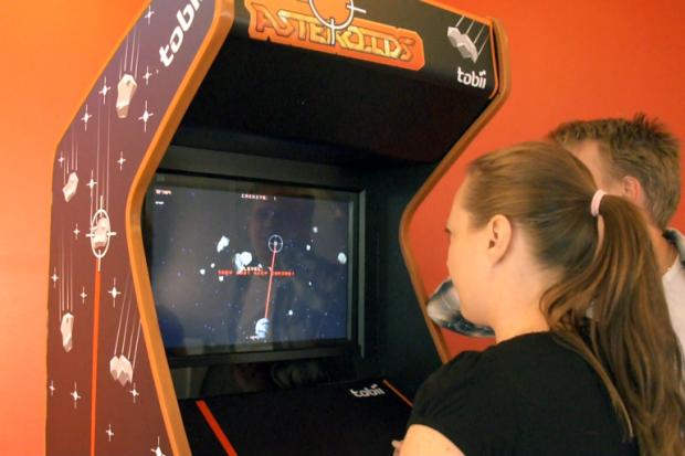 Para controlar o jogo, o usuário precisa olhar o asteroide a ser destruído e piscar os olhos para disparar o laser que vai destruir o corpo celeste. (Foto: Reprodução)