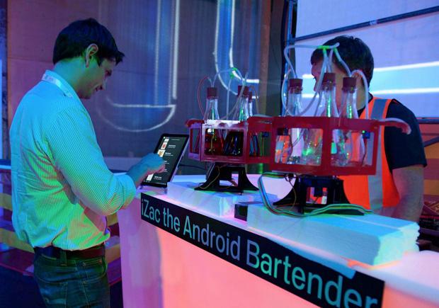 iZac, o barman Android (Foto: Reprodução)
