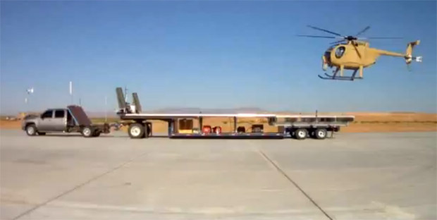 Helicóptero pousa em caminhonete em movimento (Foto: Reprodução)