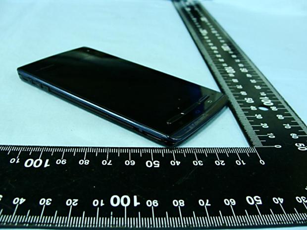 """Motorola Droid Razr perde o posto de """"smartphone mais fino do mundo"""" para o Fujitsu Arrows (Foto: Reprodução)"""