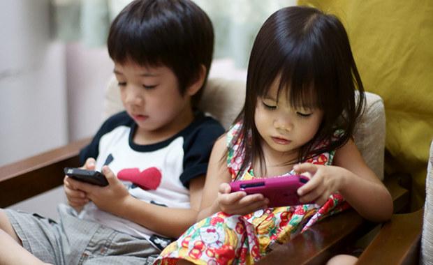 Crianças com smartphones (Foto: Japan Trends)