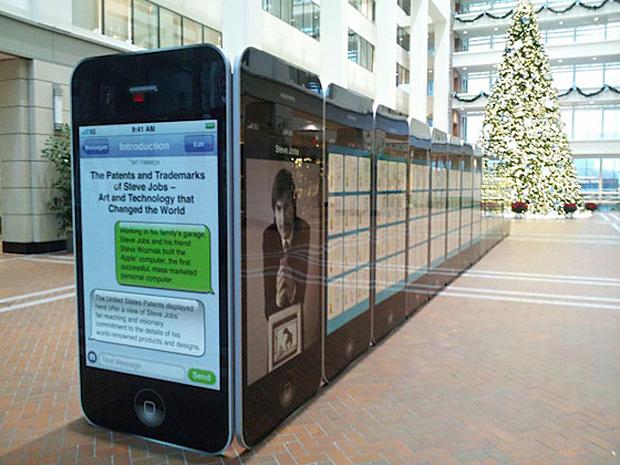 Homenagem a Steve Jobs com iPhones gigantes (Foto: Reprodução)