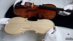 O Stradivarius original e sua cópia. (Foto: Reprodução/ BBC)