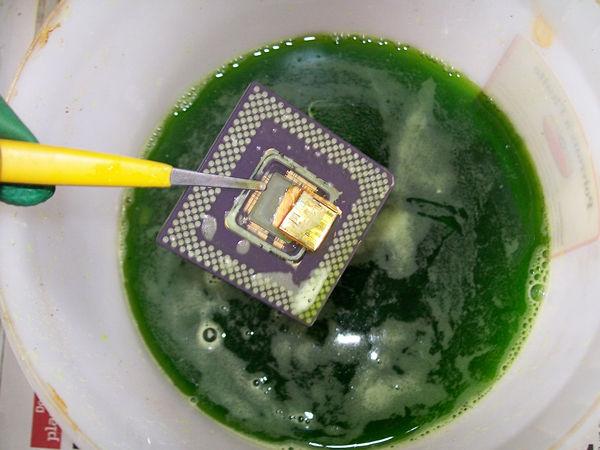 São utilizados ácido hidroclorídrico e peróxido de hidrogênio 3% para a obtenção do ouro. (Foto: Reprodução/ Tom's Hardware)