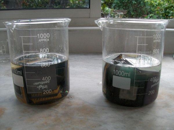 O primeiro passo é mergulhar o processador em um jarro com ácido nítrico para correr metais, mas não o ouro e a prata (Foto: Reprodução/ Tom's Hardware)