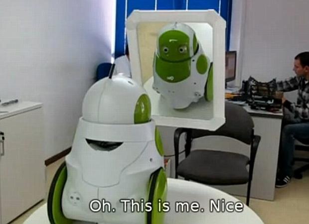 O robô QBO é capaz de se reconhecer no espelho. (Foto: Reprodução)