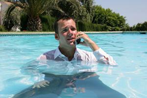 Esquecer do celular e entrar na piscina é a forma mais comum de perder o aparelho. (Foto: Reprodução)