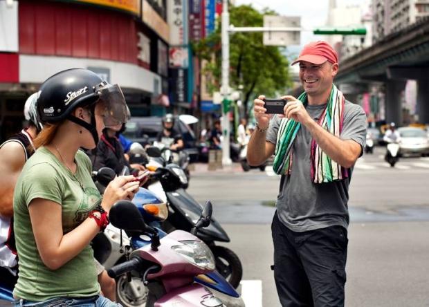 Justin Guariglia, fotojornalista da National Geographic, captura sua foto usando o LG Optimus 3D em Taipei, Taiwan. (Foto: Reprodução)