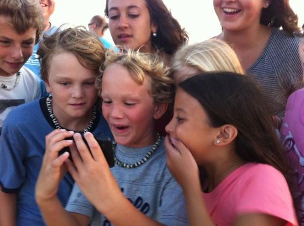 Crianças impressionadas com as fotos e vídeos 3D capturados no Outer Banks, Carolina do Norte, por Bryan Harvey, fotojornalista da National Geographic. (Foto: Reprodução)