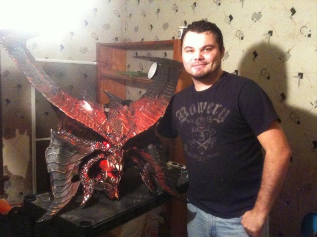 Joshua e parte de sua fantasia de Diablo III (Foto: Divulgação)